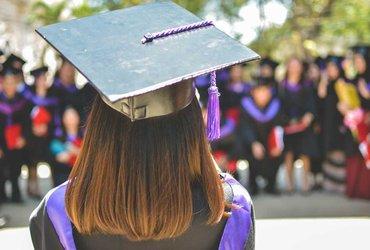 Почему иммигранты реже получают высшее образование, и как это влияет на США