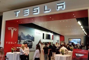 Tesla закрывает все магазины и объявляет дешевую Model 3
