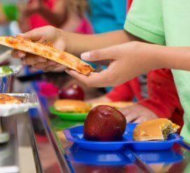 Администрация Трампа вновь позволила школам кормить детей нездоровой пищей. И некоторые штаты подали в суд