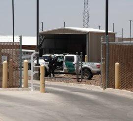 Пограничник приставал к женщине, сына которой держали в иммиграционной тюрьме