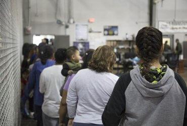 У иммигрантов, задержанных на границе, начнут собирать образцы ДНК
