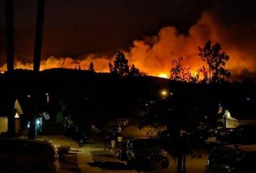 Пожар в Южной Калифорнии продолжается, сотни людей эвакуированы, как минимум один погибший