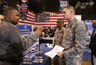 Почему ветеранам трудно найти работу и как с этим справиться