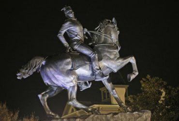 В столице Вирджинии установили конную статую черного парня с дредами