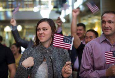 Беженцев из Украины в США стало рекордно много. Кто переезжает?