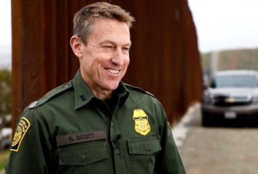 У пограничного патруля новый руководитель. Он любит строить стены