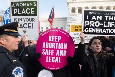 Аборты под угрозой: конгрессмены призвали отменить главный прецедент, разрешающий их