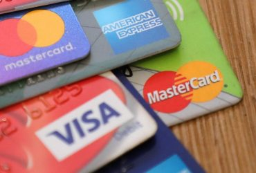 Кредитные карты в США: задолженность по ним достигла рекордных $930 миллиардов
