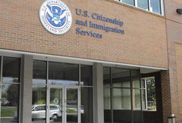 Интервью на визы и грин-карты отменяют, но депортации продолжаются