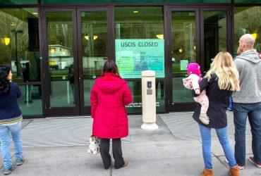 Иммиграционная служба и суды прекращают работу из-за коронавируса