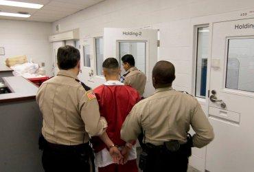 У всех задержанных иммигрантов будут брать ДНК