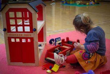 """Открываются """"неотложные"""" центры по уходу за детьми. Но не для всех"""
