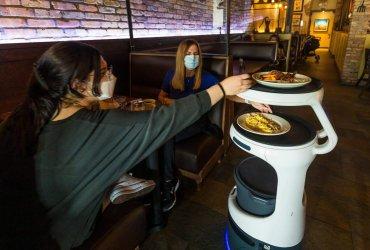 Владелец ресторанов во Флориде не мог найти официантов и взял робота за $1000 в месяц. Чаевые у людей выросли